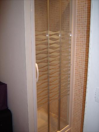 Résidence hôtelière La Loggia : On suite shower