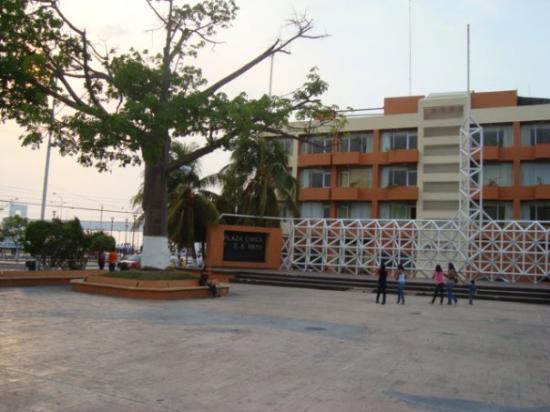 Ciudad del Carmen, México: plaza del ayuntamiento yhotel del parque al fondo