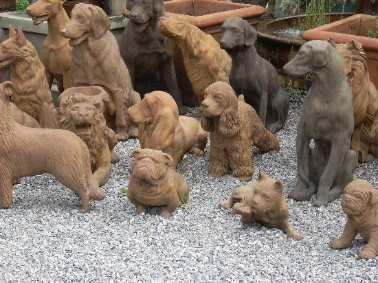 Half Moon Bay, Kaliforniya: Dog Town concrete sculptures