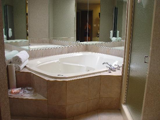 White Oaks Conference Resort & Spa : Huge tub