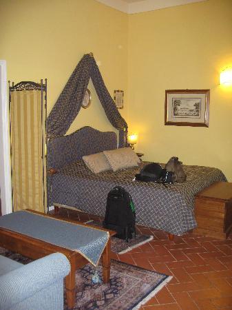 La Casa del Garbo: The room has a bed, sofa, and little nook in one corner.