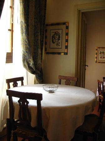 La Casa del Garbo: Dining area with a window view of the palazzo vecchio.