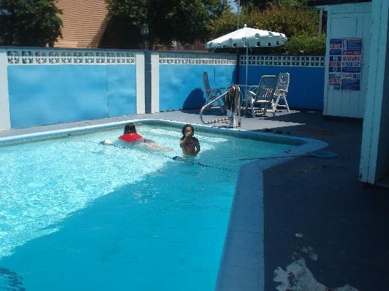 Stardust Motel: Wife and my Daughter enjoying the pool