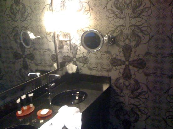 Hard Rock Hotel and Casino Las Vegas: bathroom
