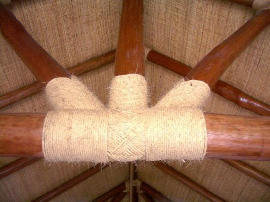 Eratap Beach Resort: Detail of bedroom ceiling beams
