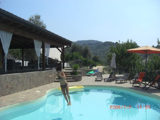 B&B Borgo del Nespolo: Swimming pool, kann von der Veranda aus überblickt werden, bei Nacht beleuchtet (;