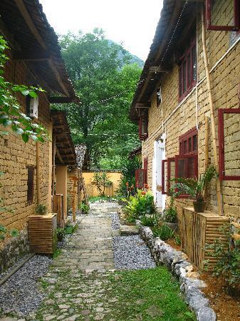 Yangshuo Outside Inn: between the two main accomodation buildings