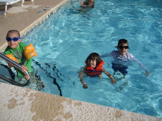 Baymont Inn & Suites Warner Robins: kids in the pool