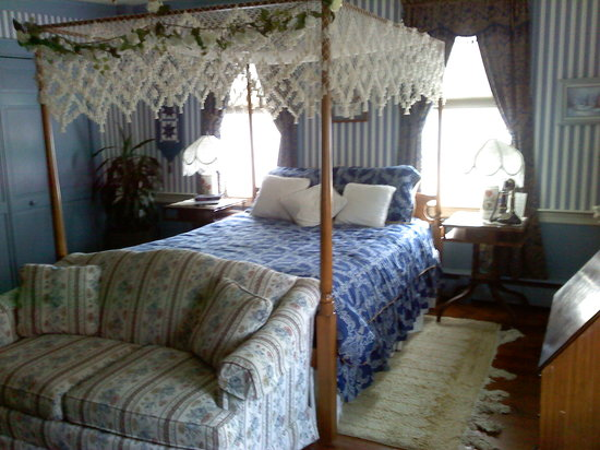 Chester House Inn: Large bed and a couch facing the fireplace