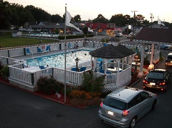 Rodeway Inn: pool in the evening