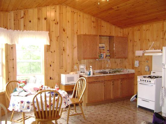 Helliar's Resort Limited: Kitchen in cabin #8