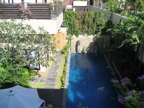 Alam Warna: Pool and gardens
