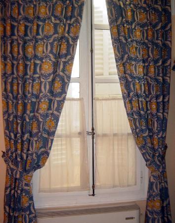Hotel des Quatre Dauphins: Curtains in room
