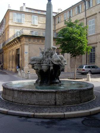 Hotel des Quatre Dauphins: Fountain - Quatre Dauphins