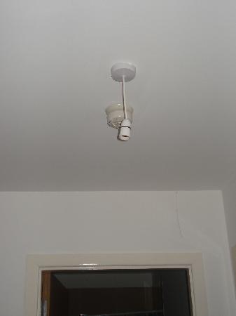 Herberton Apartments: Lámpara en la entrada - Dónde está la bombilla?