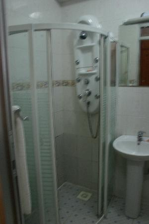 Hotel Aquiline: Fancy shower!