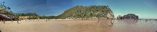 La Franca, Spain: La plage à marée basse avec l'hôtel à gauche