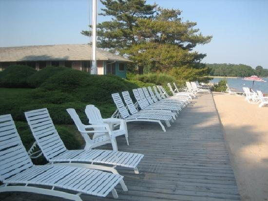 Silver Sands Motel & Beach Cottages: Silver Sands deck chairs facing Shelter Island