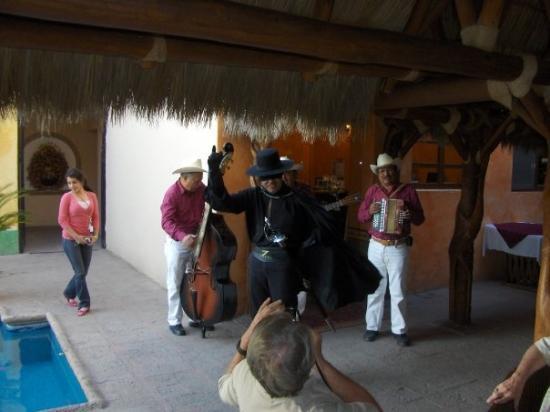 El Fuerte, Mexico: Zorro entertains us at Posada del Hidalgo Hotel
