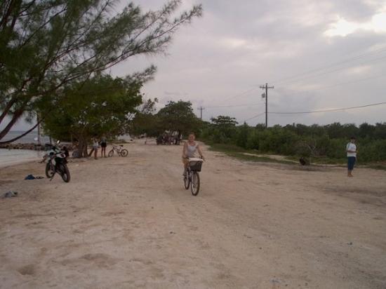 En bici en las playas de Utila