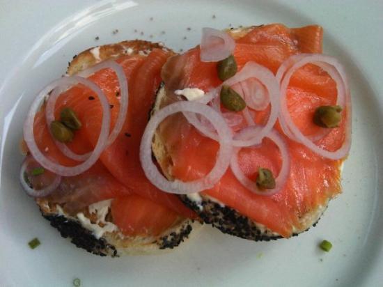 โรงแรม เดอ ลา เพซ์: Smoked salmon bagel with onion n cream cheese (hotel de la paix)