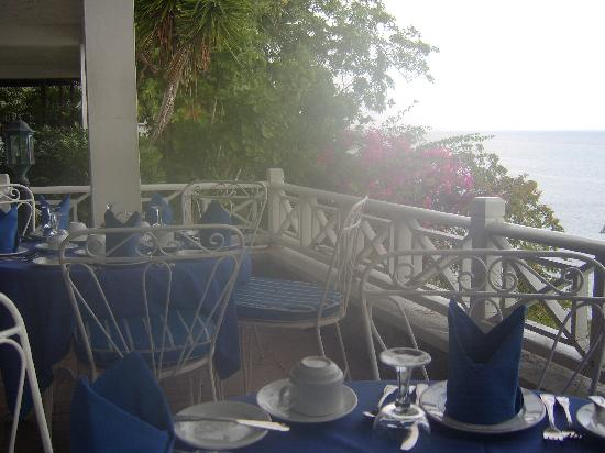 Hibiscus Lodge Hotel: Breakfast terrace overlooking the ocean