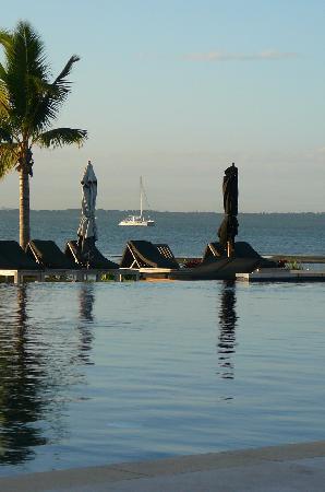 ฟิจิ บีช รีสอร์ท แอนด์ สปา แมเนจ บาย ฮิลตัน: Main pool at dusk