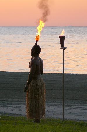 ฟิจิ บีช รีสอร์ท แอนด์ สปา แมเนจ บาย ฮิลตัน: The flames - lit each night along the beach