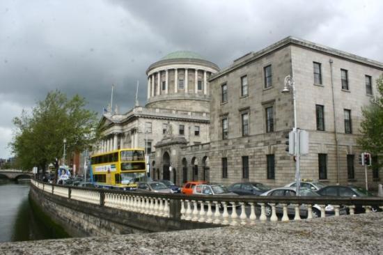 Four Courts  Le quattro corti irlandesi, riunite in un solo edificio. da noi, invece, si sepa