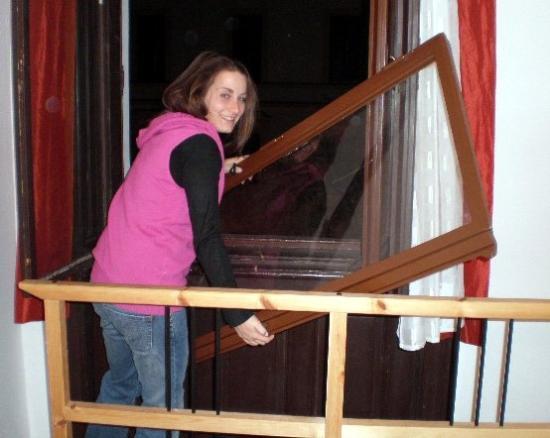 Blue Corridor Hostel: Si è rotta...