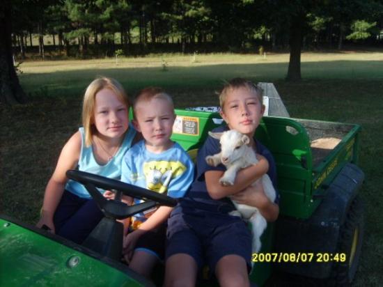 Arkansas City, อาร์คันซอ: My niece Sabrina, and my sons, Austin and Nathan in Arkansas visiting my grandma.