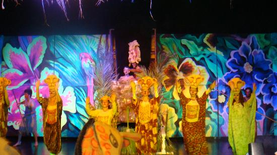 Royal Dragon Hotel: Lion King show at hotel
