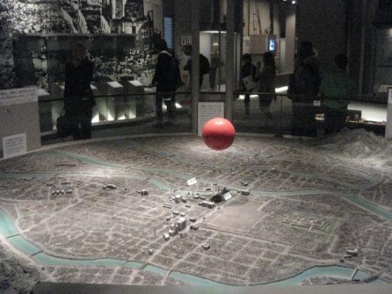 Hiroshima Peace Memorial Museum: Maqueta de como exploto la bomba atomica, Museo de la paz, Hiroshima