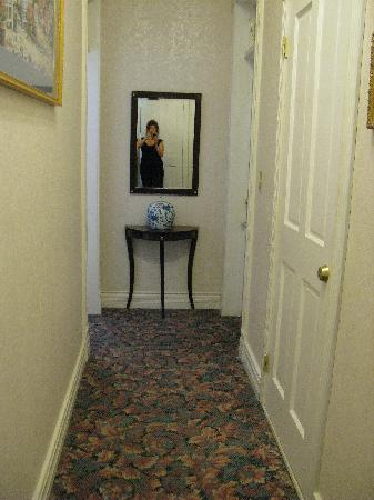 Columbus Hotel: hallway, rooms are both sides total 3 rooms