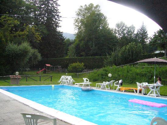 Castelnuovo di Garfagnana, อิตาลี: Scorcio della piscina e del parco giochi