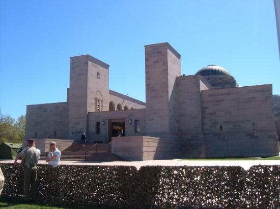 อนุสรณ์สงครามออสเตรเลีย: Nationa War Museum from the front.