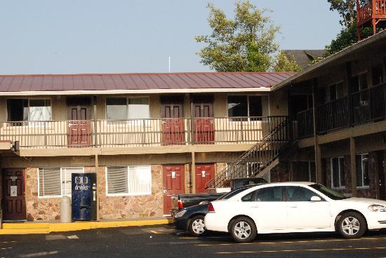 Rivershore Motel: exterior