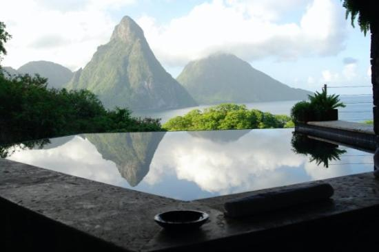 Jade Mountain Resort: Pitons reflection in our pool