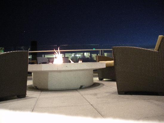 Four Seasons Hotel Seattle: Fire pit beside the pool
