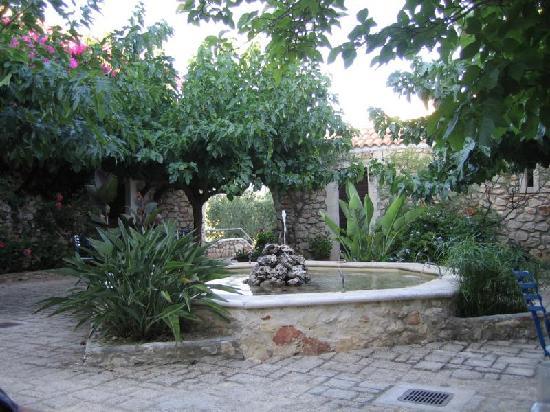 Tsivouli Park B&B: Der Brunnen im Innenhof