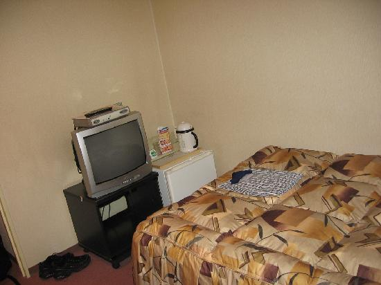Hotel Kitahachi : The other half of the room. Small but clean and efficient.