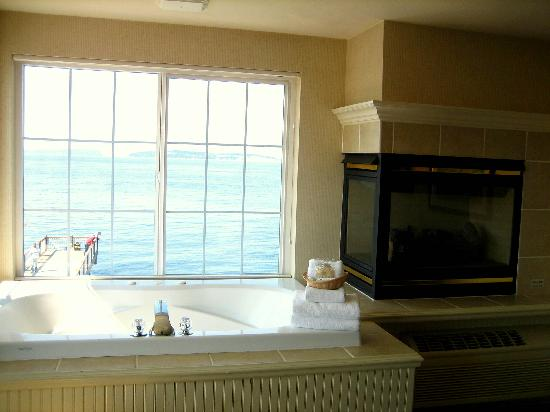 Jacuzzi And Fireplace Picture Of Silver Cloud Inn Mukilteo Waterfront Mukilteo Tripadvisor