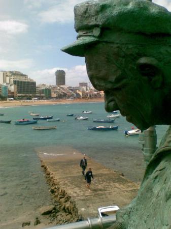 Playa de Las Canteras: Podoba ribiša nad pomolom in ena izmed številnih skulptur, ki krasijo mesto; Las Palmas de Gran