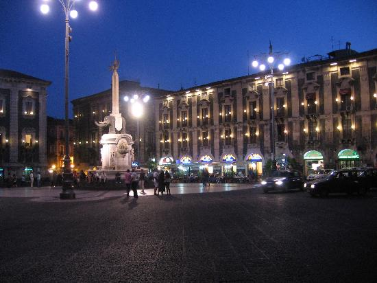 Hotel Savona: night time in the piazza