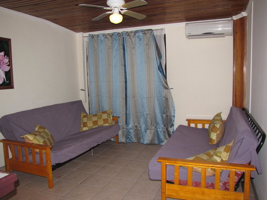 Hotel La Guaria Inn & Suites: Living area with 2 futons and TV