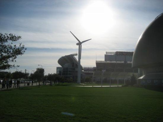 Wind power and Browns stadium....GO BROWNIES!!!! - Foto de Cleveland ...