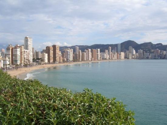 Playa de Levante: Coast line in Benidorm!  See no drunken yobs to bee seen!