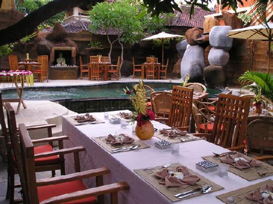 Chonos Homestay: Lunch at the pool