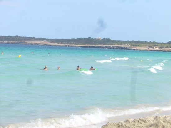 Hipotels Aparthotel Cala Millor Park : ホテルそばのビーチ。パラソル、デッキチェア、それぞれ3.5ユーロで終日レンタルできます。