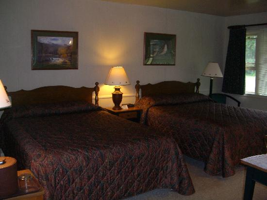The Hungry Trout Resort: Comfortable Queen size beds
